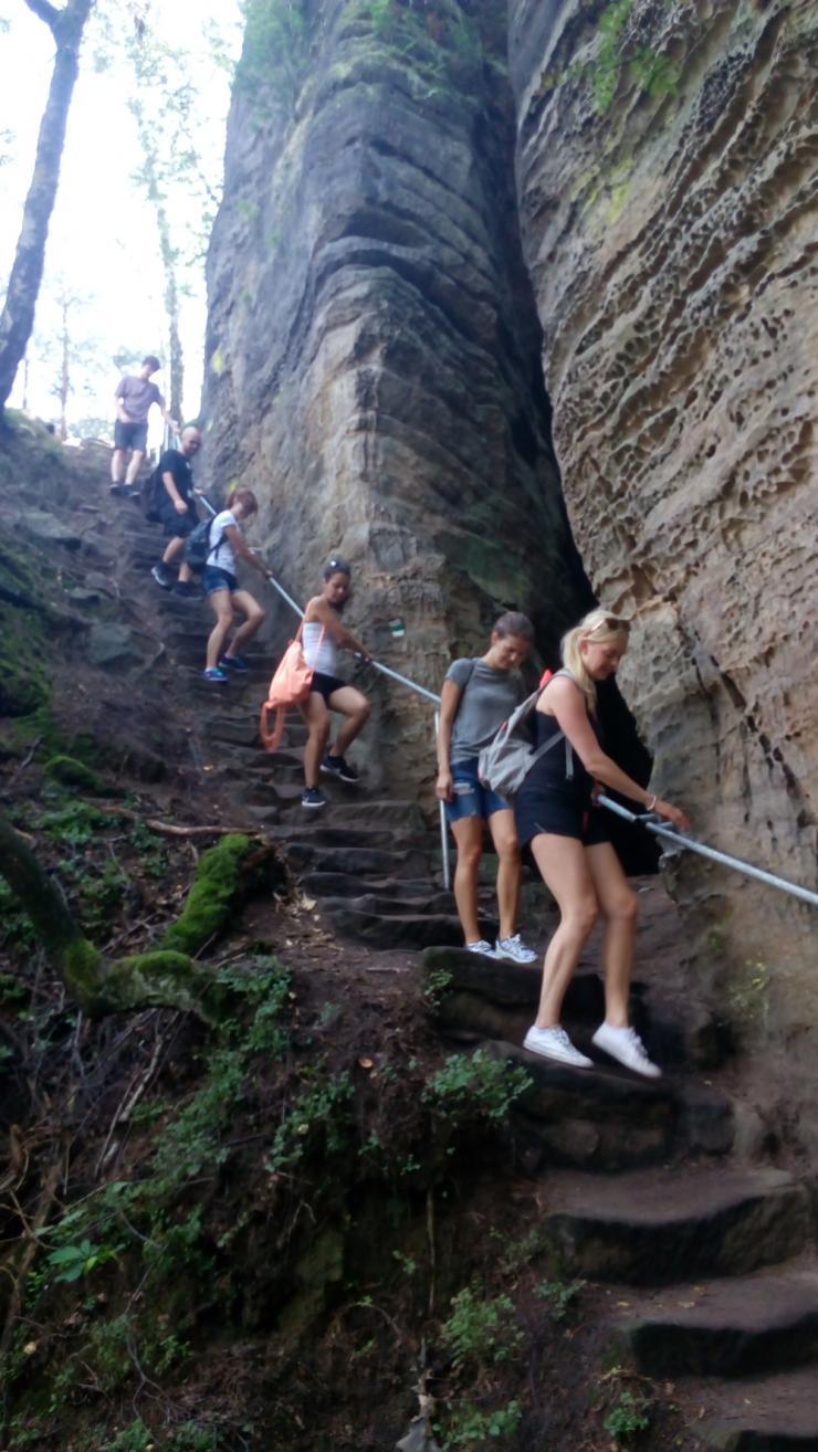 Aira lidé na výlete v Prachovských skalách