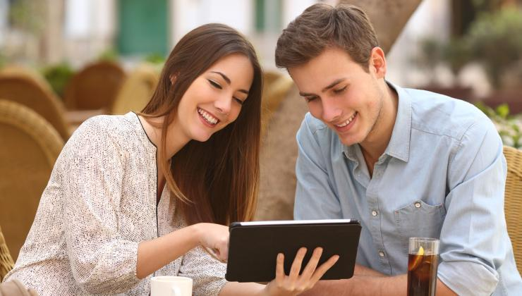 Pár s e-katalogem na tabletu