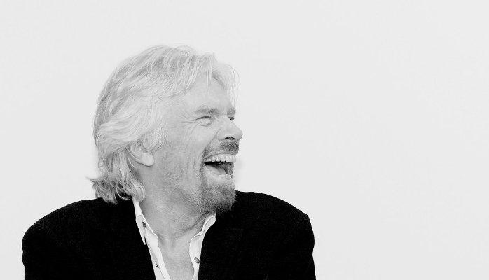 Smějící se Richard Branson.