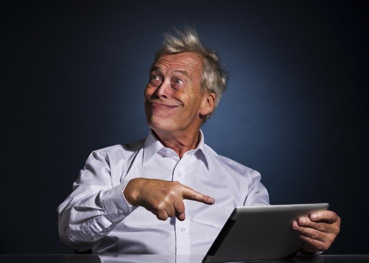 Starší muž s tabletem