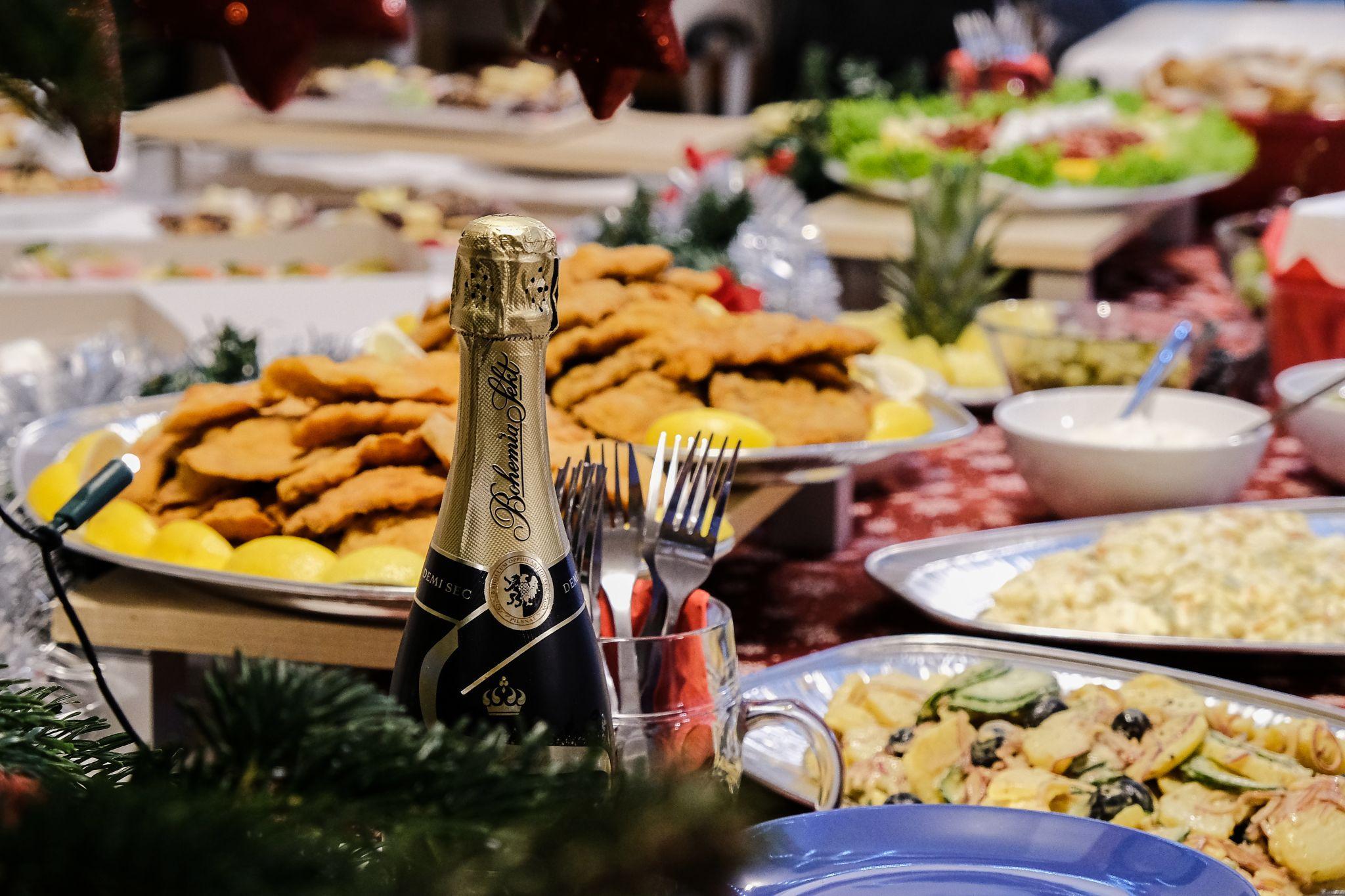Detail šampaňského a jídla na Aira vánočním večírku