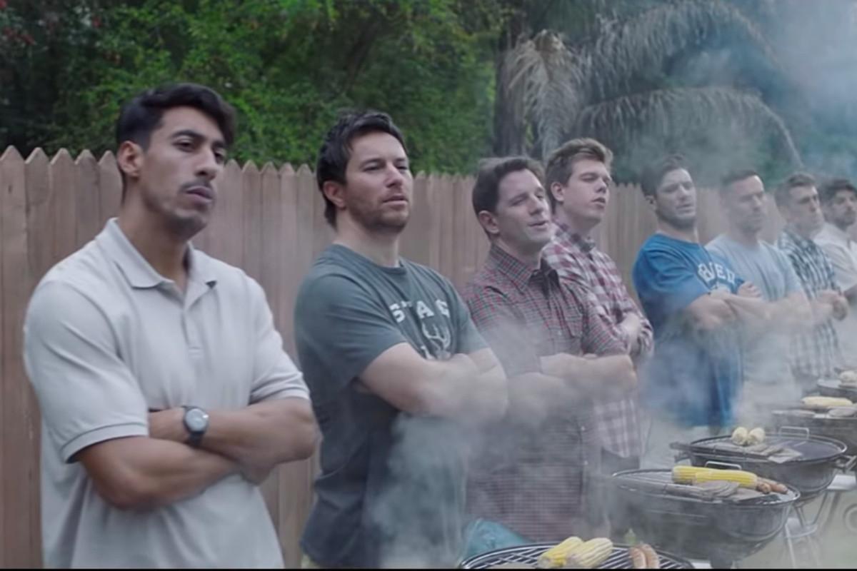 Chlapi u venkovního grilu v reklamě od Gillette