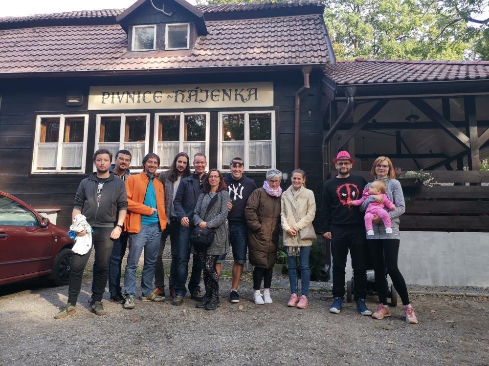 Skupinová fotka u Hájenky v Kersku